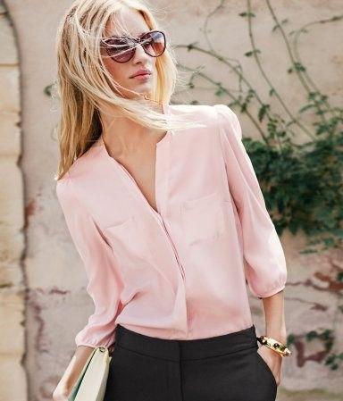 Ljusrosa chiffongskjorta med knappar och svarta chinos