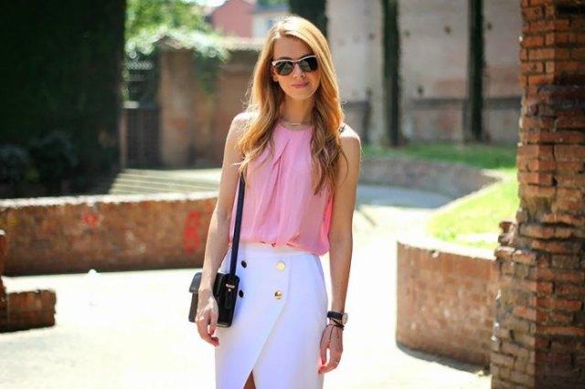 Ljusrosa ärmlös chiffongblus med vit midikjol