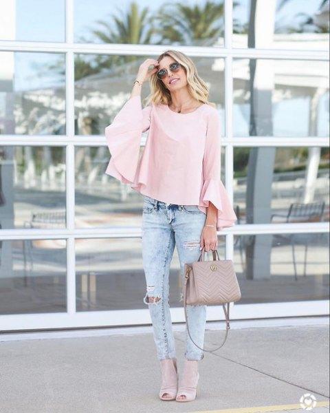 Ljusrosa blus med klockärmar och jeans med smal passform