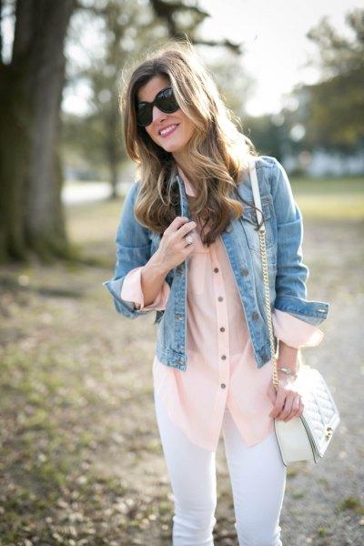 blå jeansjacka med vita skinny jeans