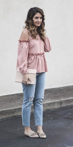 ljusrosa peplum-topp med kall axel och ljusblå skinny jeans