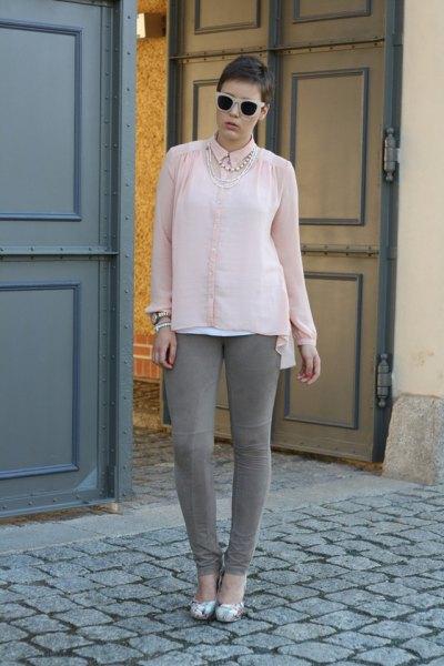 Ljusrosa chiffongblus med knappar och grå skinny jeans