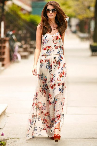 vit maxiklänning i chiffong med blommönster och bruna klackar