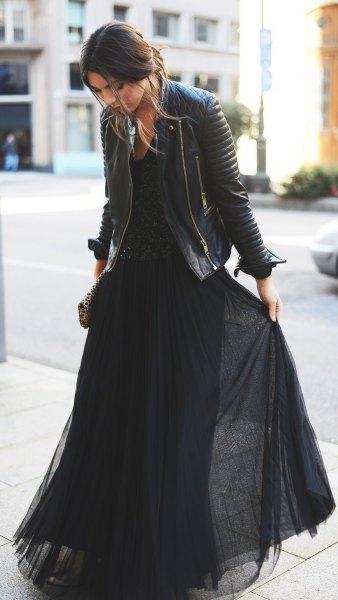 svart maxiklänning i veckad chiffong med läderjacka
