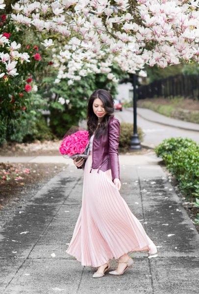 Rouge rosa maxi veckad klänning med svart läderjacka
