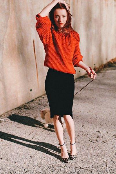 röd oversized stickad tröja svart penna kjol