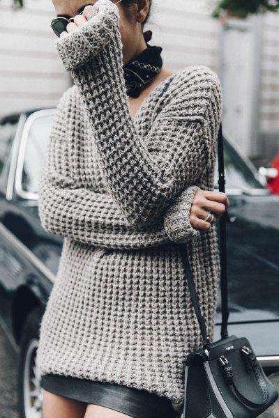 grå oversized tröja svart läder kjol