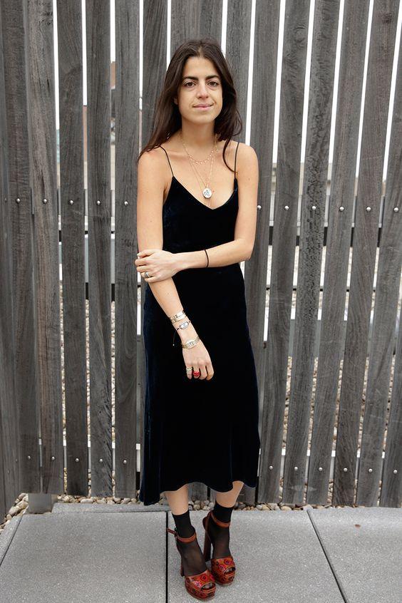 svarta satin klänning strumpor sandaler
