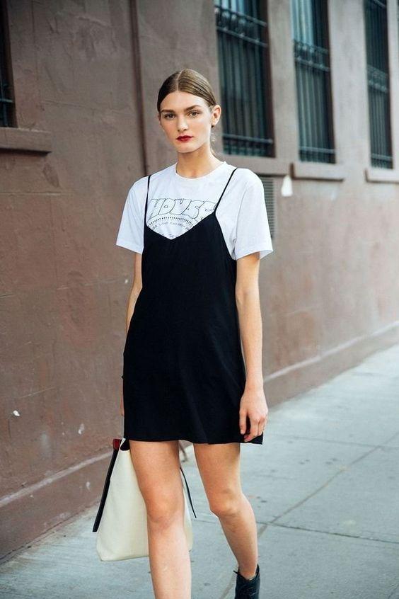 lager svart klänning i satin