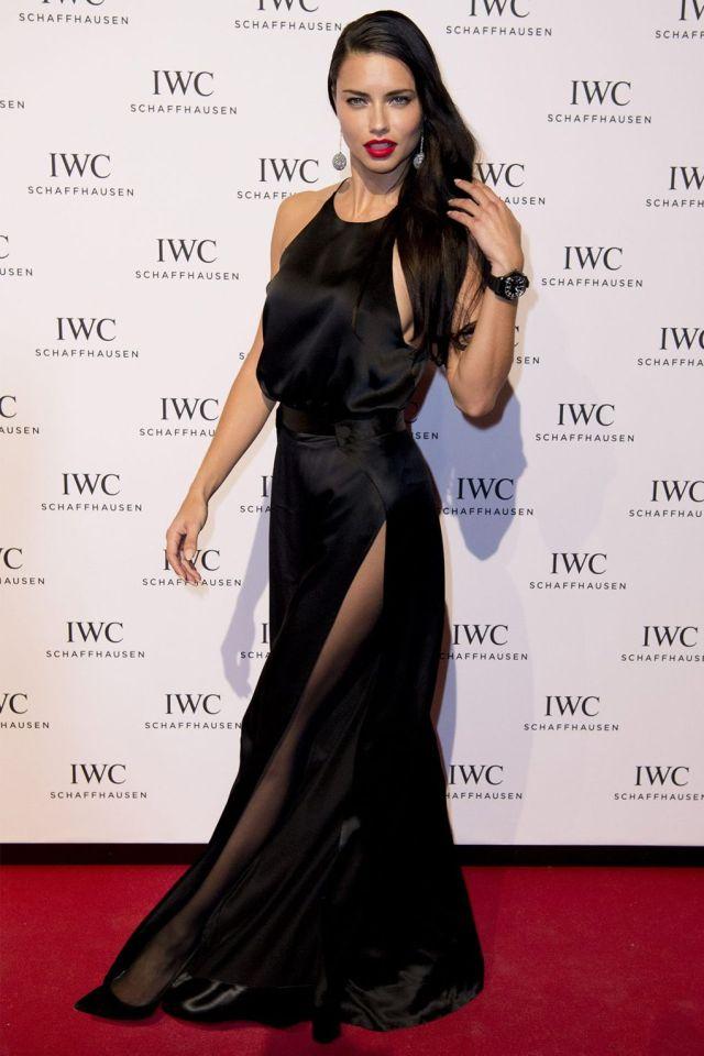 svart satin klänning supermodell