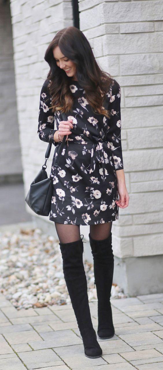 svart satin klänning med blommönster