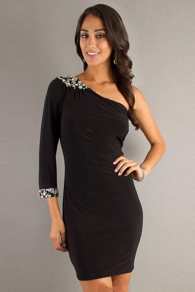 svart klänning med blommor och en ärm