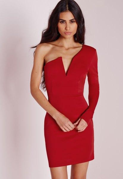 röd bodycon-klänning med djup V-ringning och ärmar