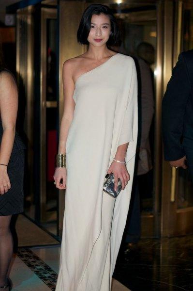 vit maxi-flytande klänning med en ärm