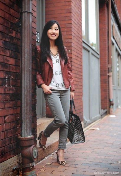 brun petite läderjacka med vit blus med V-ringning