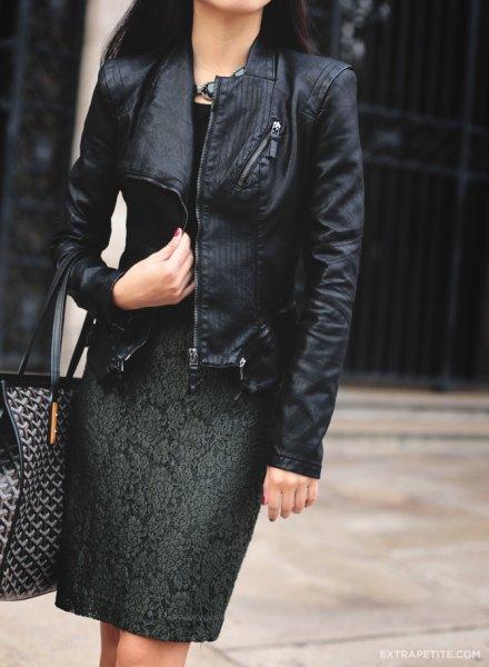 svart jacka med knälång mörkgrön broderad klänning