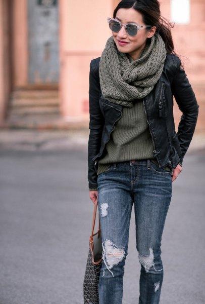 grå ribbad tröja med stickad halsduk och svart petite jacka