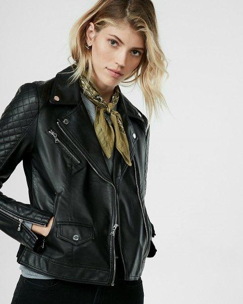svart quiltad petite läderjacka med grönt band halsduk