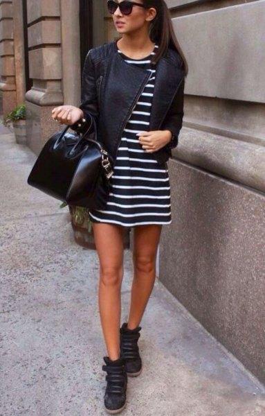 svartvitt randig miniklänning med läderjacka