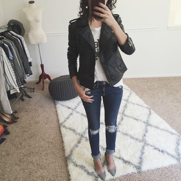 svart petite matt läderjacka med vit tryckt T-shirt och smala jeans