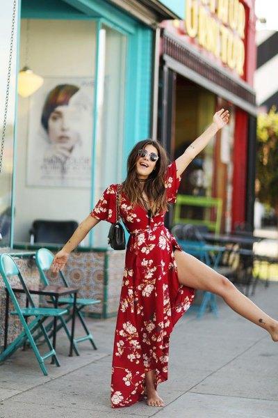 röd wrap-klänning med maxibälte och blommönster