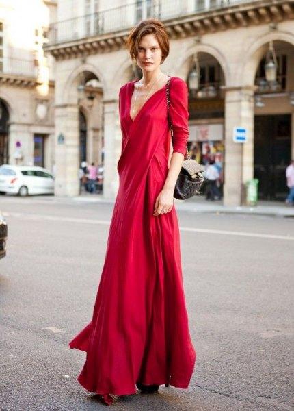 röd sidenklänning med djup V-ringning