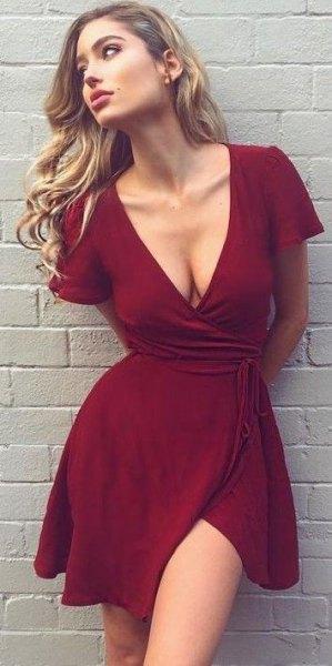 burgundy mini wrap-klänning med djup V-ringning
