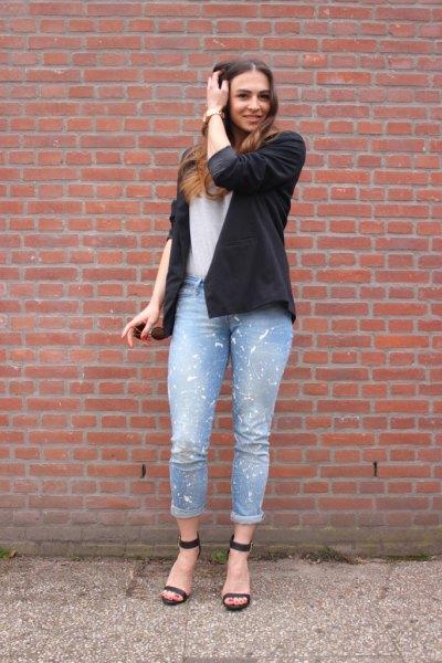 svart kavaj med vit T-shirt och ljusblå jeans med muddar