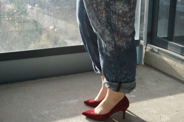 gråblå jeans med raka ben och raka ben och vinröd mockaklack med spetsiga tår