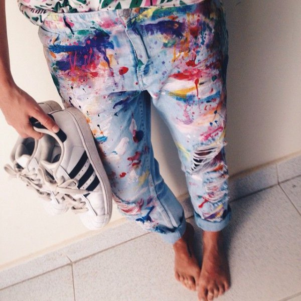 ljust målade pojkvänjeans med manschetter och vita sneakers