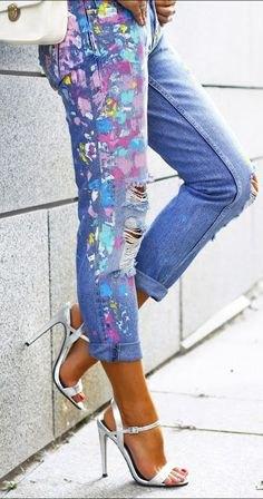Smala jeans målade i ljusblå med manschetter och vit läder axelväska