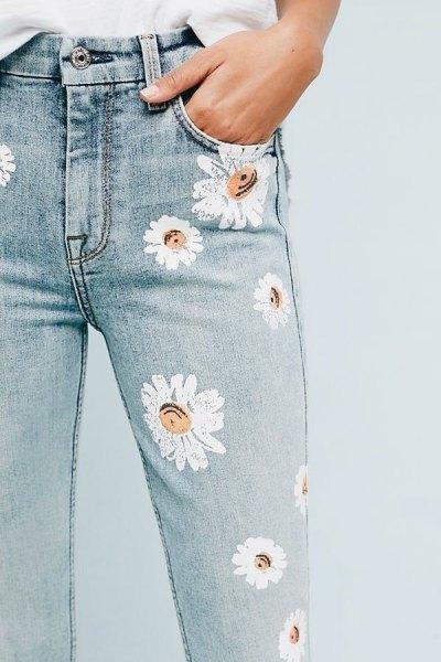 vit blus med ljusblå skinny jeans med blommönster