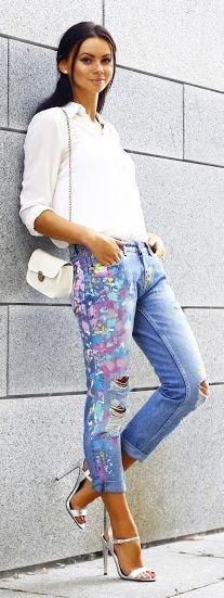 svart skjorta med knappfäste i linne och ljusblå jeans med manschetter