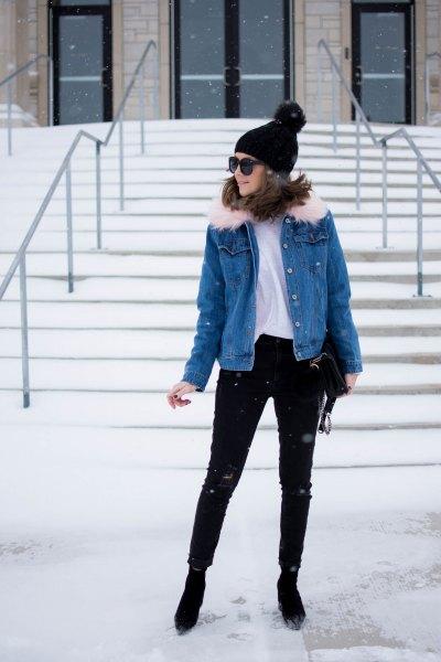 blå jeansjacka med vit T-shirt och svarta skinny jeans