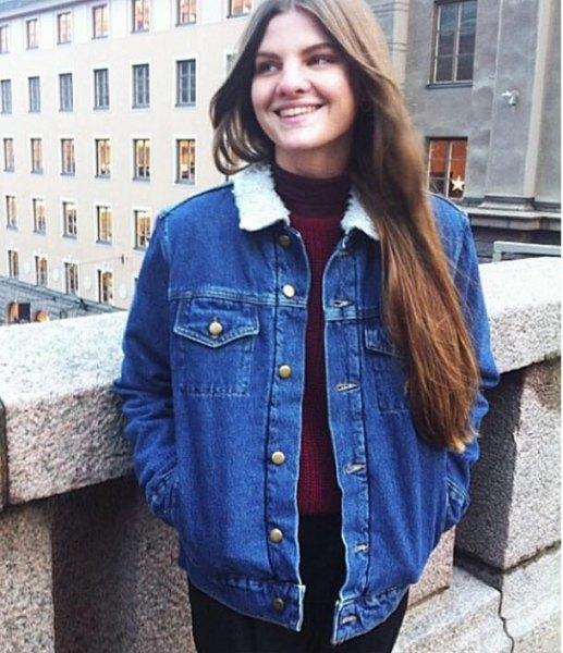 blå jeansjacka med svarta skinny jeans