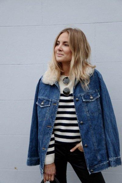 blå jeansjacka med vit fuskpälskrage och randig tröja