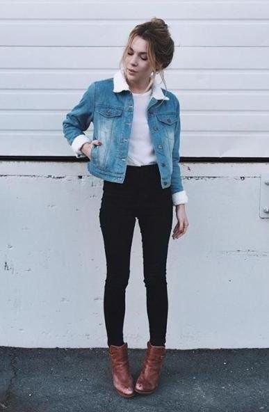 blå jeansjacka med vit pälskrage och bruna läderstövlar