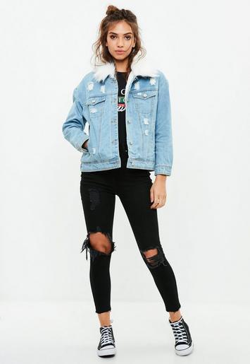 blå jeansjacka med päls och svarta förstörda skinny jeans