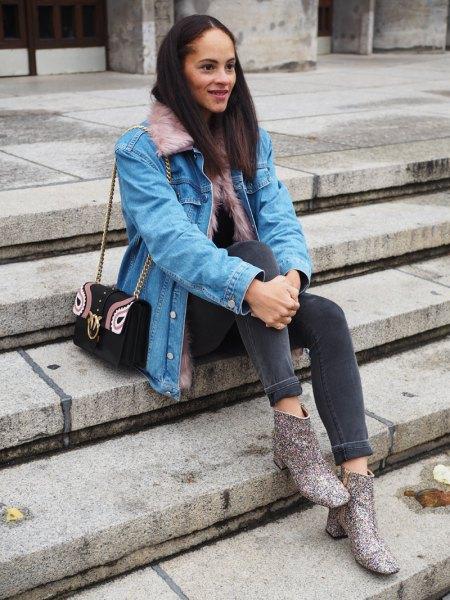 Ljusblå jeansjacka med grå skinny jeans och tryckta stövlar