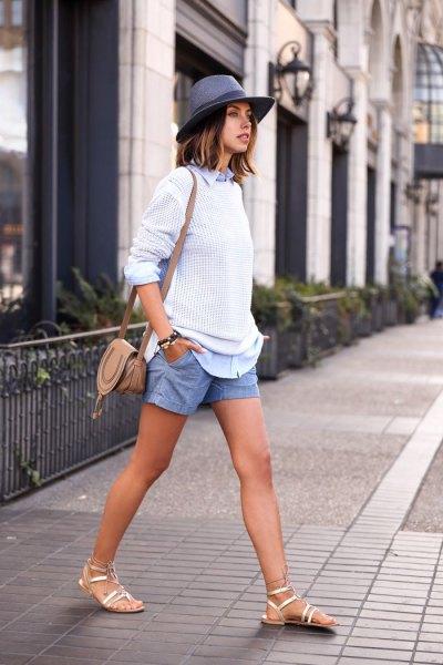vit trasig tröja med blå jeansskjorta och shorts