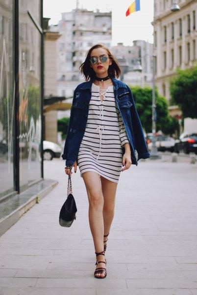 svartvitt randig miniklänning med blå jeansjacka och krage