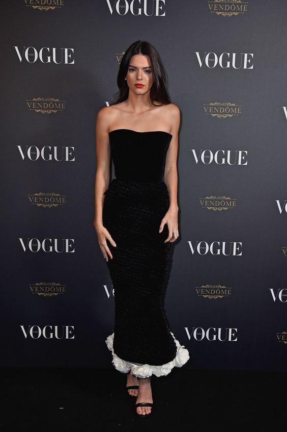 svart axelbandslös klänning elegant gnugga vit