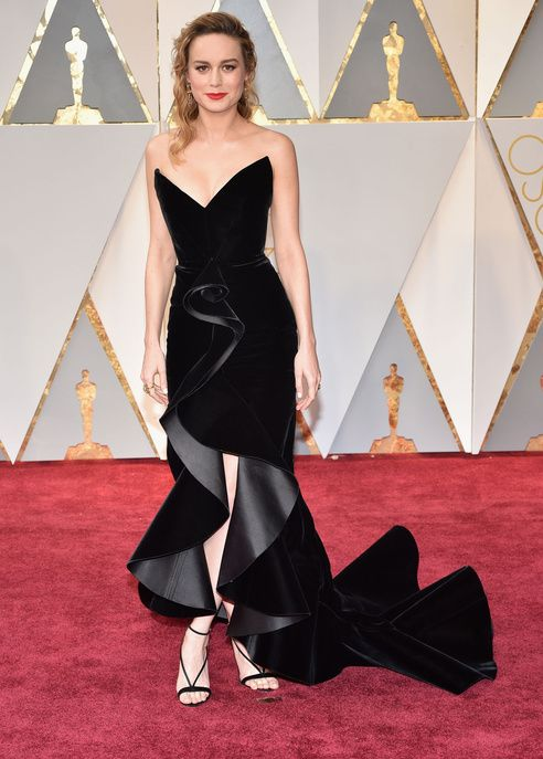 svart axelbandslös klänning elegant volang