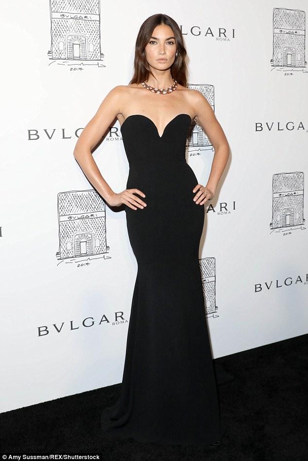 svart axelbandslös klänning elegant klassiker