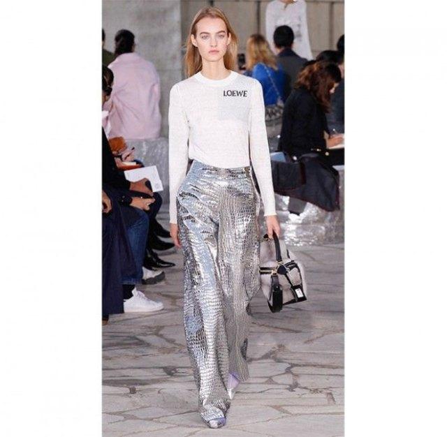vit t-shirt med långa ärmar och silverbyxor med vida ben