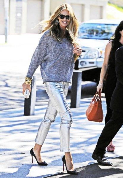 ljunggrå tröja med förkortade silverbyxor