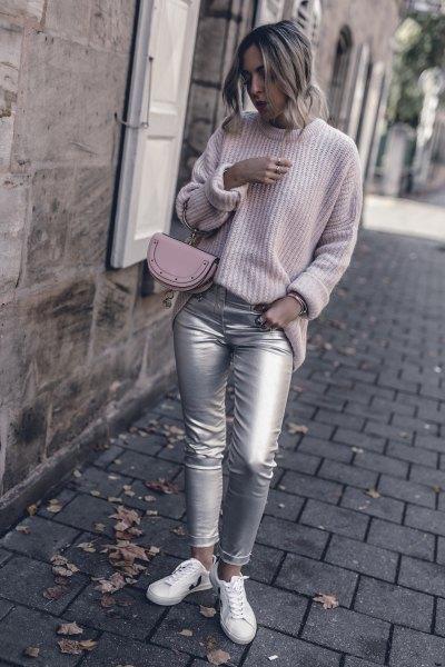 Ljusgrå, ribbad tröja med rund halsringning och skinny jeans i silver