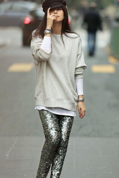 ljusgrå tröja med silver paljettbyxor