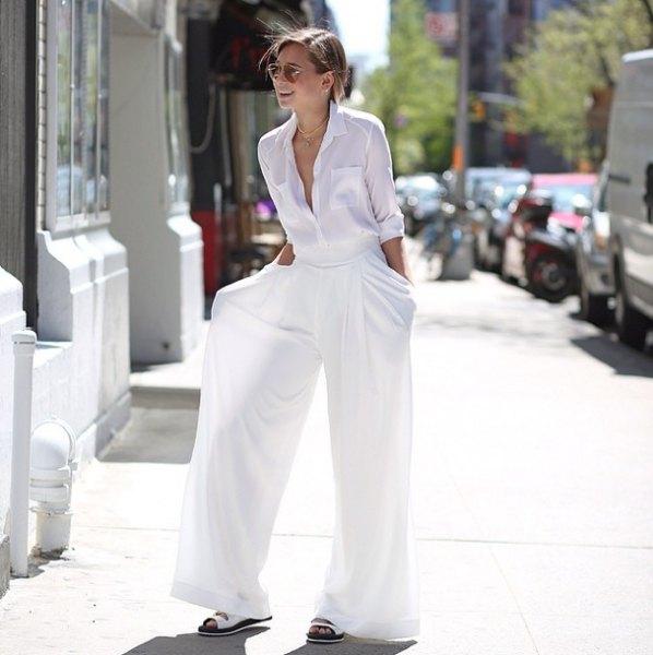 vit skjorta med knappar och matchande palazzo byxor och sandaler