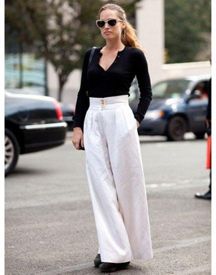 svart V-ringad tröja och vita palazzobyxor